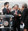David Ryu, left, was sworn in Sunday in the south lawn of Los Angeles City Hall by County Supervisor Yvonne B. Burke, right. Center: Ryu Eul-joon, his  father. (Park Sang-hyuk/Korea Times)