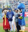 Ryu Hyun-jin, left, takes a photo with Choo Shin-soo, center, at Dodgers Korea Heritage Night Wednesday. (Park Sang-hyuk/Korea Times)