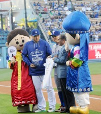 Ryu Hyun-jin, left, takes a photo with Choo Shin-soo, center, at Dodgers Korea Heritage Night Wednesday. (Park Sang-hyuk/Korea Times)