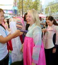 The Grove and Korean Cultural Center Los Angeles hosted a Korean cultural day Friday. (Park Sang-hyuk/Korea Times)