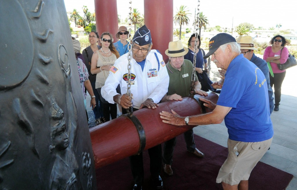 Veterans strike the Korean Bell of Friendship in San Pedro, Calif., for the 65th anniversary of the Korean War Thursday. (Park Sang-hyuk/Korea Times)