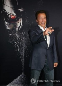 """Actor Arnold Schwarzenegger gestures to photographers on his arrival at a preview of his new film """"Terminator Genisys"""" in Sydney on June 4, 2015. The film will be released in South Korea on July 2. (Yonhap)"""