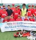 Former Major League Baseball pitcher Park Chan-ho (fourth from left, second row) poses with members of a Vietnamese youth baseball club, Hanoi Capitals, during his visit on June 19, 2015, in this photo provided by the Export-Import Bank of Korea. (Yonhap)