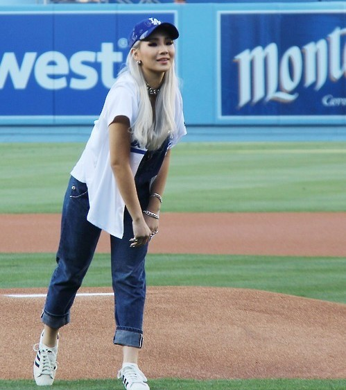 Singer CL throws out the first pitch on Korea Heritage Night. (Yonhap)