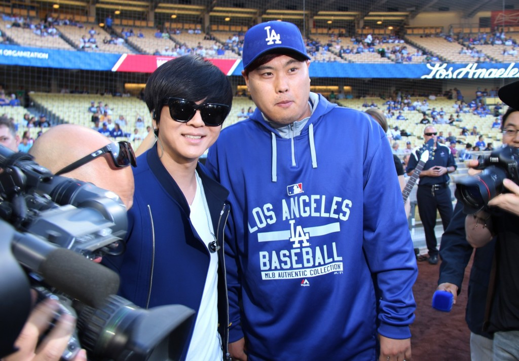 Singer Yoon Do-hyun poses with Dodgers' pitcher Ryu Hyun-jin. (Yonhap)