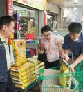 Officials from a Seoul district office purchase daily necessities, including food, for suspected MERS patients in Seoul on June 17, 2015 as the number of people in isolation for possible infection reached 6,508. (Yonhap)