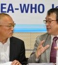 Keiji Fukuda, left, the WHO's assistant director-general of health security, listens to (Newsis)