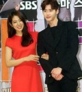 Park Shin-hye, left, and Lee Jong-suk (Yonhap)