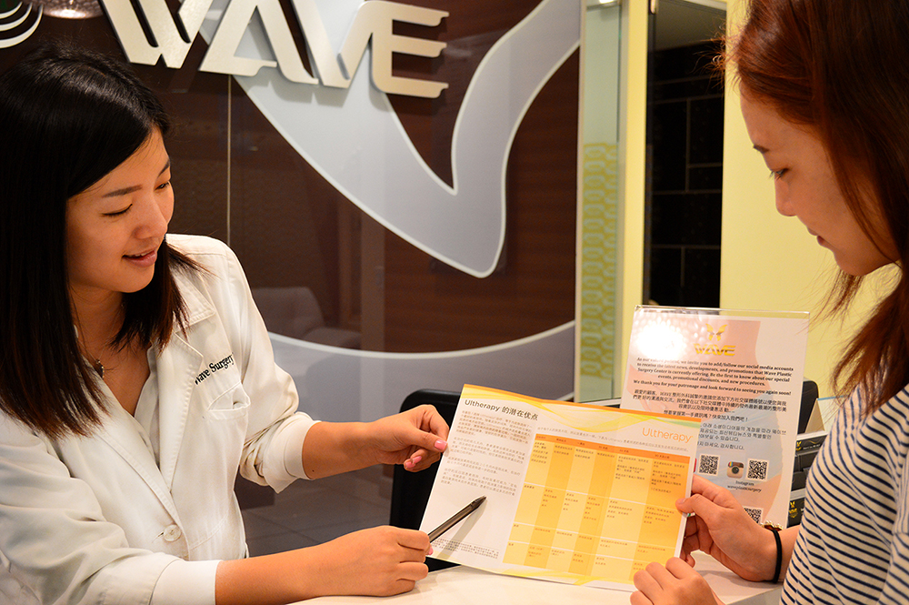 A Chinese patient consults with a Wave Plastic Surgery employee in Koreatown, Los Angeles. (Korea Times)
