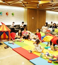 A participant in Google's 'Campus for Moms' program introduces the plans to run her startup business during a gathering at the Google Campus Seoul in Samseong-dong, southern Seoul, Tuesday. (Courtesy of Google Campus Seoul)