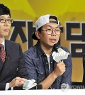 """MC Yoo Jae-suk, left, and PD Kim Tae-ho,  right, at a press conference for the 400th anniversary of MBC's """"Infinite Challenge"""" in October 2014. (Yonhap)"""