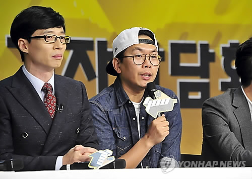 "MC Yoo Jae-suk, left, and PD Kim Tae-ho,  right, at a press conference for the 400th anniversary of MBC's ""Infinite Challenge"" in October 2014. (Yonhap)"