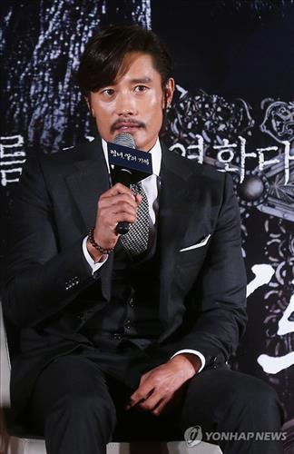 """Actor Lee Byung-hun speaks during a news conference in Seoul to promote his upcoming Korean film, """"Memories of the Sword."""" (Yonhap)"""