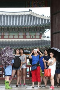 Chinese tourists visit Gyeongbok Palace, the main royal palace during the Joseon Dynasty (1392-1910), in Seoul on July 12, 2015. More people are visiting South Korea from abroad as the spread of Middle East Respiratory Syndrome in the country eases. (Yonhap)