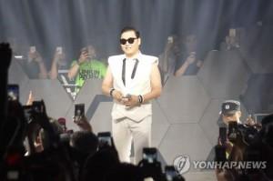 South Korean singer Psy poses at a bar in Hangzhou, China on July 18, 2015. (Yonhap)