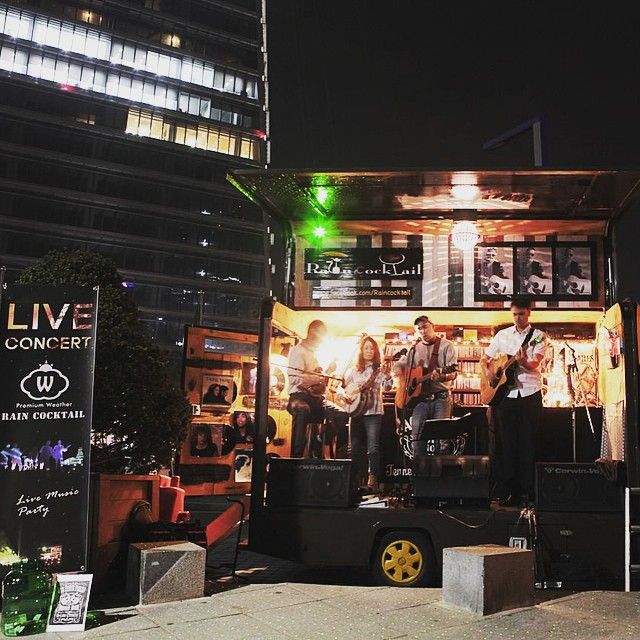 "A band performs on the ""Rain Cocktail"" truck at Songdo Central Park, Incheon. The truck also sells cocktails on the side. (Courtesy of Premium Weather)"