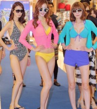 Bikini-clad models show off new swimsuits by French swimsuit brand Elle during a publicity event in Seoul on July 7, 2015. (Yonhap)