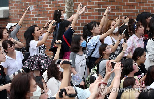 A crowd of fans saw off TVXQ's Jung Yunho as he entered his mandatory 21-month military service in Yangju, Gyeonggi Province, Tuesday in South Korea. (Yonhap)