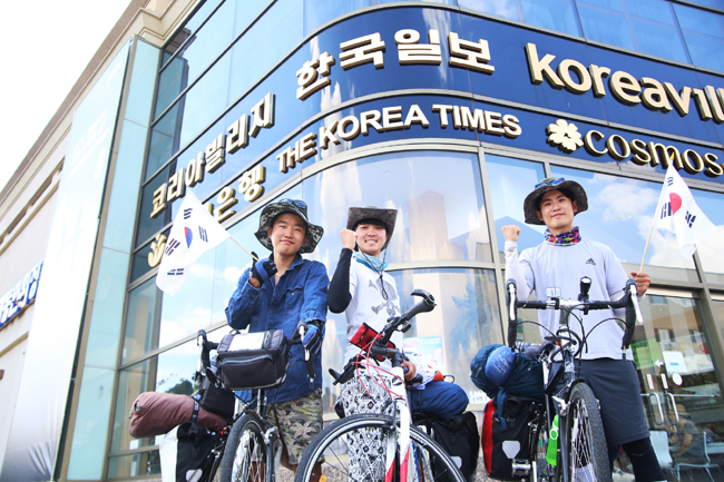 Kim Sang-hak, Kim Ji-min and Yeon Do-heum, South Korean college students, completed cycling across the U.S. and Canada in a 3,500-mile journey for 70 days. (Korea Times)
