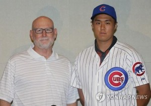 South Korean high school baseball player Kwon Kwang-min (R) poses in his Chicago Cubs uniform next to Paul Weaver, the Cubs' international scouting cross-checker, during Kwon's introductory press conference in Seoul on Aug. 17, 2015. (Yonhap)