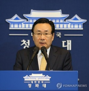 Ju Chul-ki, senior presidential secretary for foreign affairs, announces President Park Geun-hye's visit to China next month to attend its celebrations of the 70th anniversary of the end of World War II during a briefing to reporters on Aug. 20, 2015. (Yonhap)