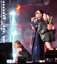 "Comedian Park Myung-soo, left, performs with singer IU in the ""Infinite Challenge"" music festival aired on Saturday. (Yonhap)"