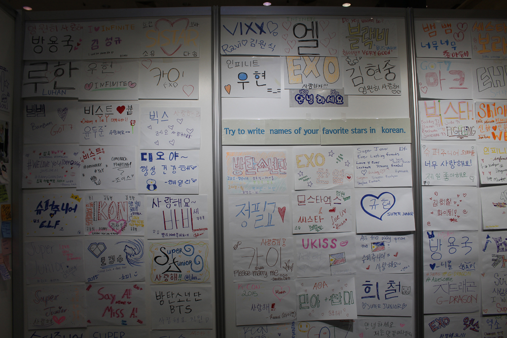 Fans wrote messages for their favorite K-pop acts at a Korean language promotion booth run by Gaon Korean at KCON 2015. (Angelina Widener/Korea Times)