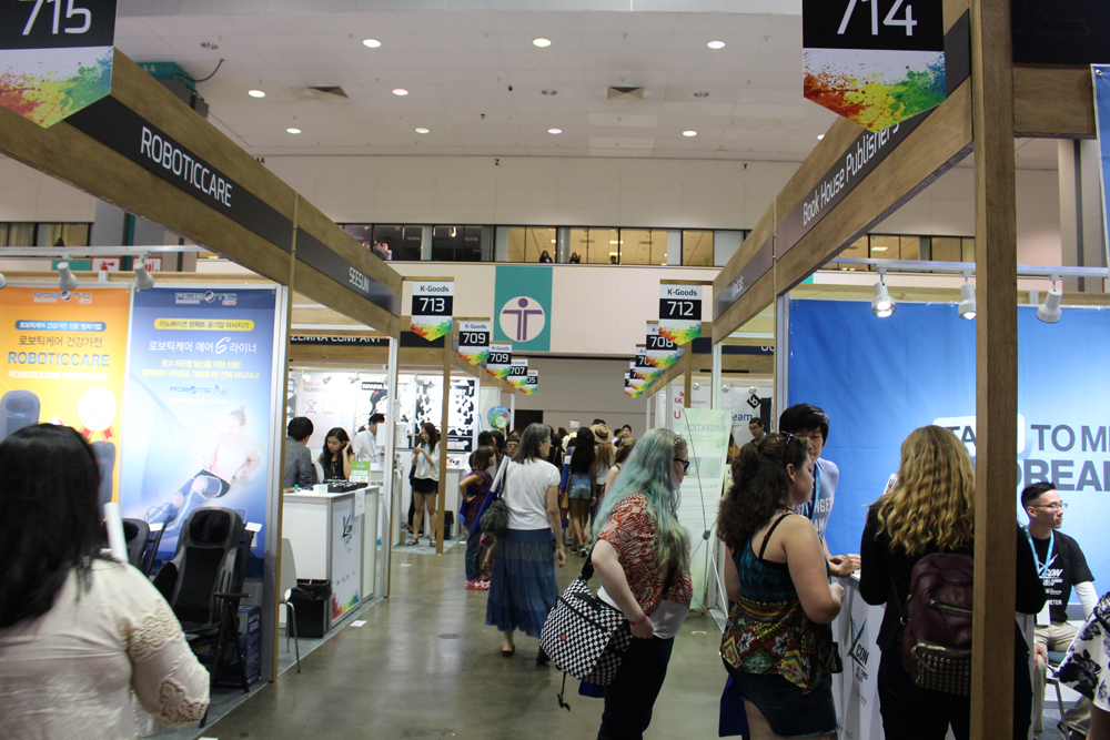K-goods booths lined up inside the Los Angeles Convention Center for KCON 2015. (Angelina Widener/Korea Times)