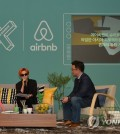 G-Dragon, left, and Airbnb Korea President Lee Joon-kyu, right, discuss the new project at a press conference in Seoul Wednesday. (Airbnb/Yonhap)