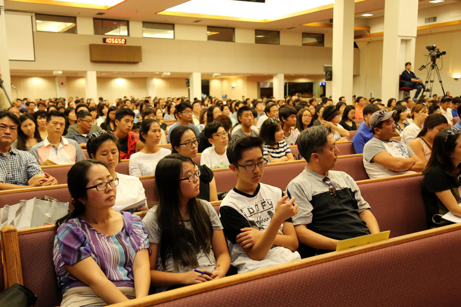 College-bound students and parents listen in on a seminar during the 6th Korea Times College Expo Saturday inside Sa-Rang Community Church in Anaheim, California. (Choi Kyung-geun/Korea Times)