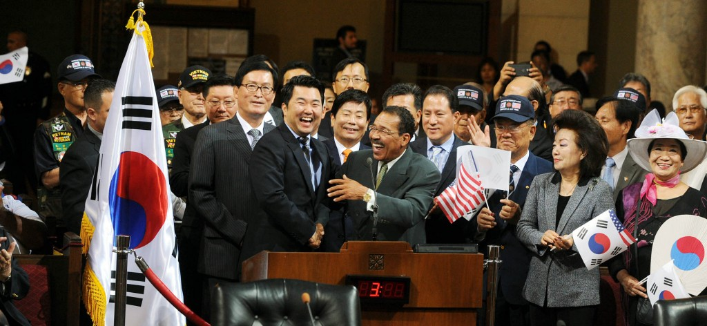 Los Angeles City Councilman David Ryu, center left, stands with City Council President Herb Wesson at a ceremony for the 70th anniversary of Korean liberation Saturday at City Hall. (Park Sang-hyuk/Korea Times)