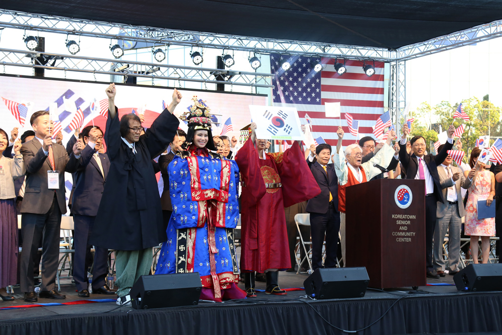 Los Angeles Korean American community leaders stand on stage at the liberation day festival held inside Seoul International Park Saturday. (Choi Kyung-geun/Korea Times)