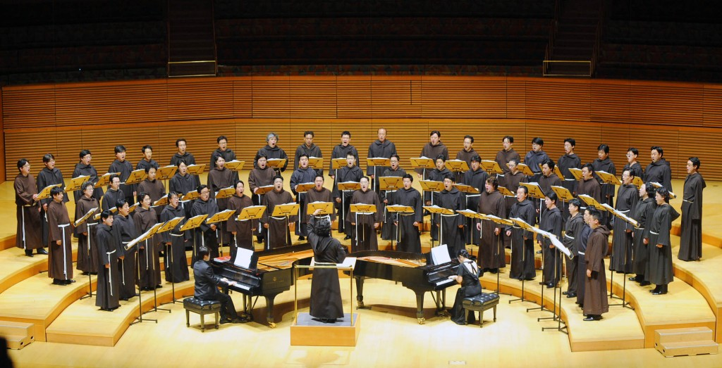 South Korean voice orchestra I Maestri performed Friday inside Walt Disney Hall in commemoration of the 70th anniversary of Korean independence. (Park Sang-hyuk/Korea Times)