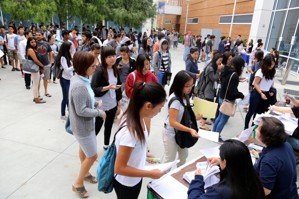 More than 600 students gathered to take a full-length practice of the new SAT inside Cal State Fullerton Saturday in an event by the Korea Times, Radio Seoul and Elite Educational Institute. (Korea Times)