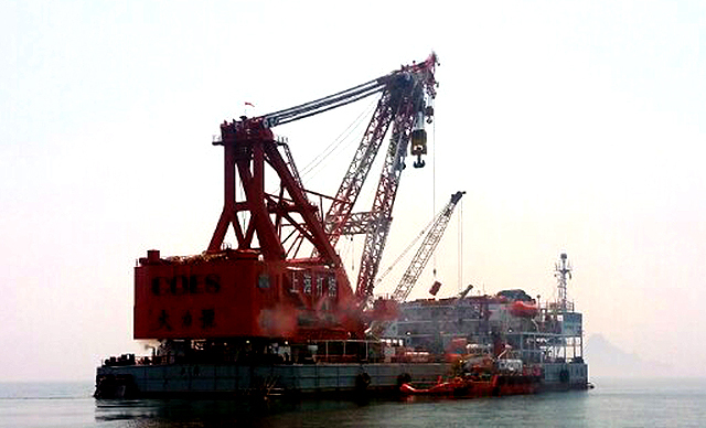 Ships from China-based Shanghai Salvage arrive at the sinking site of the Sewol ferry near Jindo Island off South Korea's southwestern tip on Aug. 16, 2015, to prepare for salvaging the submerged ship. (Yonhap)
