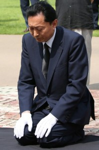 Former Japanese Prime Minister Yukio Hatoyama kneels before a memorial monument for Korean independence fighters tortured to death during the 1910-45 Japanese colonial rule, during his visit to the site of a colonial-era prison in Seoul, Wednesday. ( Yonhap)