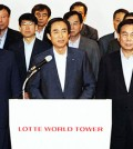 Lotte Corp. CEO Noh Byung-yong, center in front row, and 36 other CEOs of Lotte Group affiliates hold a press briefing after a meeting at the Lotte World Tower in southern Seoul, Tuesday. (Yonhap)
