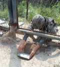 A South Korean soldier re-enacts planting of a wooden-box mine on the south side of the demilitarized zone (DMZ) fence near the city of Paju, on Aug. 9, 2015, in this photo released on Aug. 10, by the Joint Chiefs of Staff. North Korea is believed to have masterminded the Aug. 4 incident in which the explosion of wooden-box mines severed the legs of two South Korean staff sergeants on a regular scouting mission, the Defense Ministry said Aug. 10. (Yonhap)