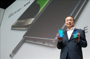 Shin Jong-kyun, the head of Samsung Electronics' mobile division, holds the Galaxy S6+ (L) and the Galaxy Note 5 (R) on Aug. 13, 2015 in New York. (Yonhap)