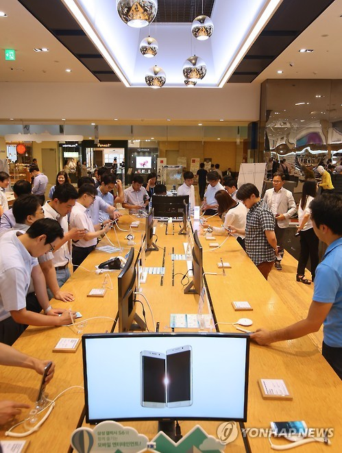 Samsung's newest line of phablets have hit South Korean markets. (Yonhap)