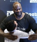Former NBA MVP Shaquille O'Neal embraces a South Korean fan as he takes part in a publicity event in Seoul on Aug. 20, 2015, to meet his South Korean fans. The retired center is in Seoul as a pitchman for an athletic footwear and apparel company. (Yonhap)