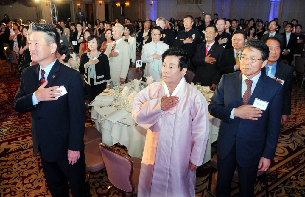 Korean American Federation of Los Angeles President James Ahn, center, stands next to Consul General Kim Hyun-myung inside the Biltmore Hotel Thursday for 2015 Heritage Night. (Park Sang-hyuk/Korea Times)