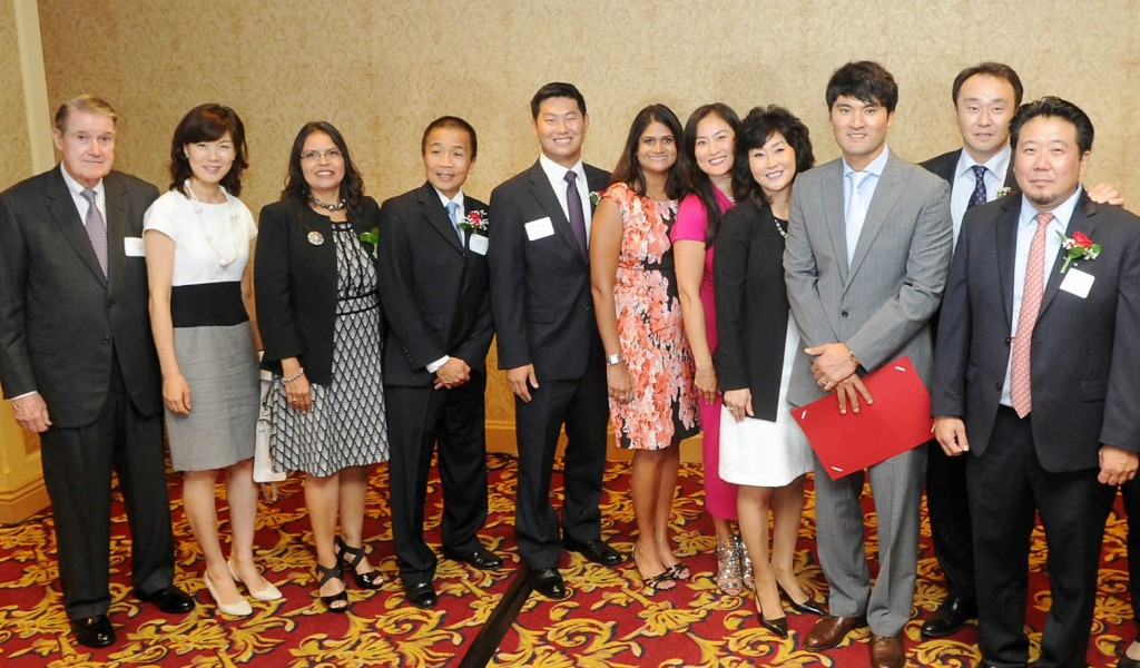 Chan Ho Park, third from right, and Peter O'Malley, left, poses with a group of community leaders at KHEIR Center's fundraising dinner Thursday inside the Millennium Biltmore Hotel in Downtown Los Angeles. (Park Sang-hyuk/Korea Times)