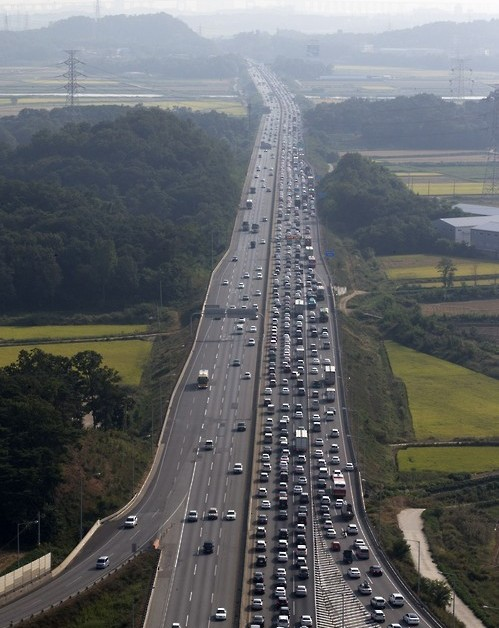 In this aerial photo, bumper-to-bumper traffic in Pyeongtaek, south of Seoul, clogs one side of a highway linking Seoul to the southwestern port city of Mokpo on Sept. 25, 2015, as South Korea's annual exodus for the Chuseok fall holiday begins. Chuseok, which falls on Sept. 27 this year, is the season for family reunions, with Koreans traditionally offering a ritual feast to their ancestors on Aug. 15 of the lunar calendar.(Yonhap)