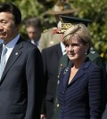South Korean Defense Minister Han Min-koo, left, and Foreign Minister Yun Byung-se stand alongside of Australian Foreign Minister Julie Bishop, second from right, and Defense Minister Kevin Andrews, right, during a wreath-laying ceremony at the Korean War Memorial in Sydney, Friday, Sept. 11, 2015. Bilateral meetings between the nations are taking place later in the day. (AP Photo/Rick Rycroft)