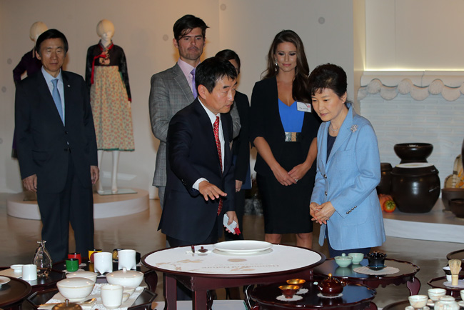 "resident Park Geun-hye and U.S. citizens appointed as ""K-Culture supporters"" listen to explanations about Korean chinaware at the Korean Cultural Service in New York, Tuesday. (Joint press corps)"