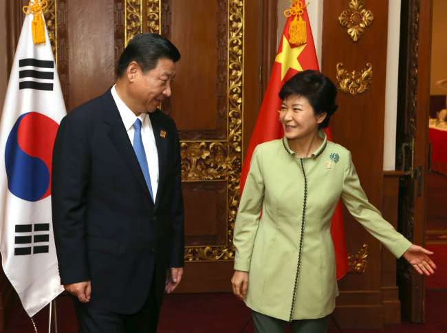 President Park Geun-hye meets Chinese President Xi Jinping on the sidelines of the Asia-Pacific Economic Cooperation summit in Bali, Indonesia, Monday. (Yonhap News)
