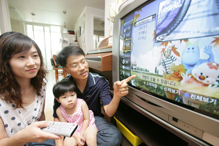 Among Korean children aged 7-12, 56 percent said they wanted to spend more time with their parents, higher than the average of 47 percent of 12 surveyed countries, in a survey by Swedish furniture company IKEA. (Korea Times file)