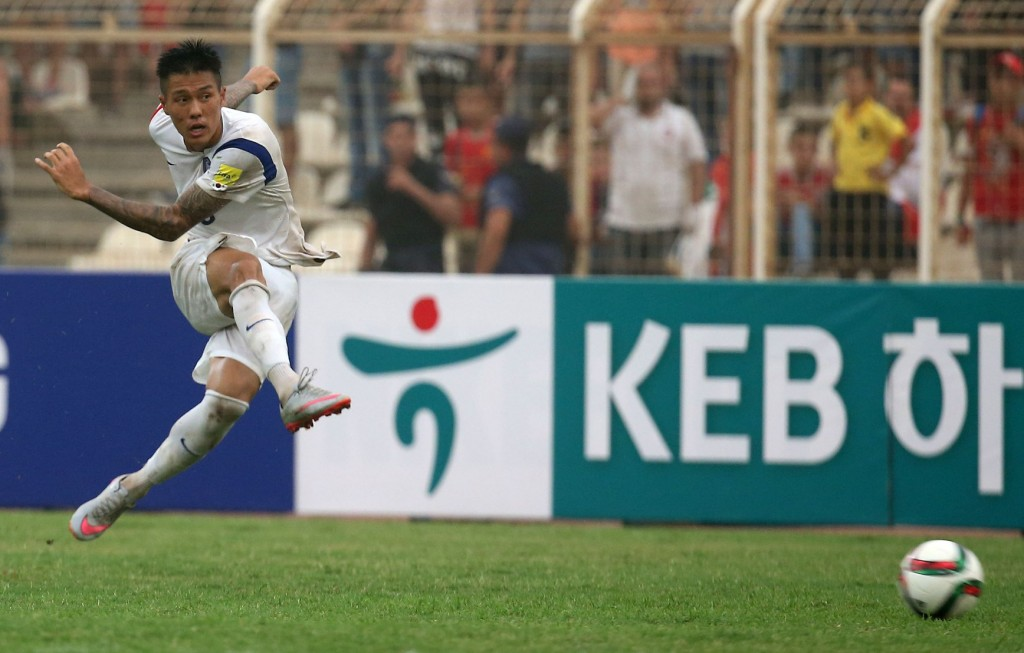 Suk Hyun-jun takes a shot against Lebanon. He did not score in the game, but drew the foul which led to the first goal. Jang Hyun-soo converted the penalty kick. (Yonhap)