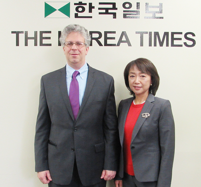 Fort Lee mayoral candidate Eric Fisher, City Council candidate Margaret Ahn (Korea Times)